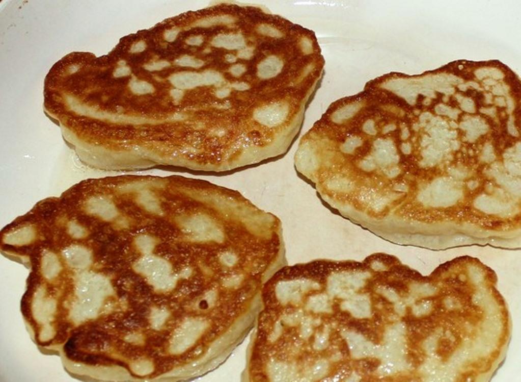 Жарим оладушки на горячей сковороде с двух сторон до золотистой корочки. После жарки аккуратно выкладываем оладьи на салфетку, чтобы убрать лишнее масло