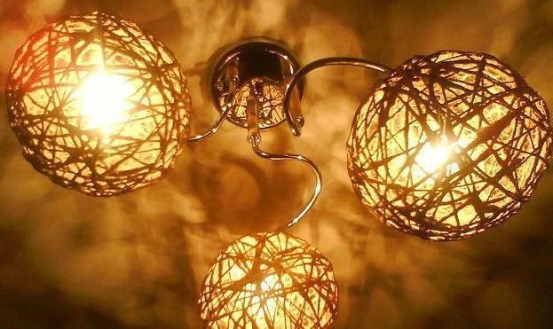 Такой элемент декора, как светильник, изготовленный своими руками из экологичных материалов, значительно сэкономит ваш бюджет