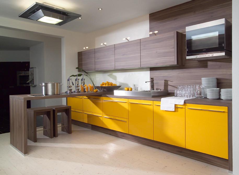 Желтый цвет на кухне достаточно универсален - отлично сочетается как с темными, так и со светлыми цветами