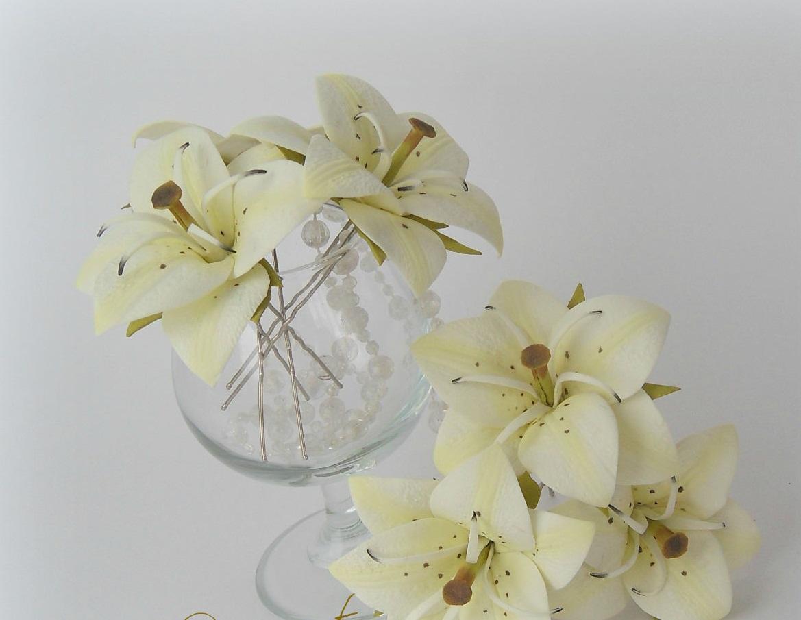 Цветы на шпильке из фоамирана могут отличаться как по цвету, так и по размерам