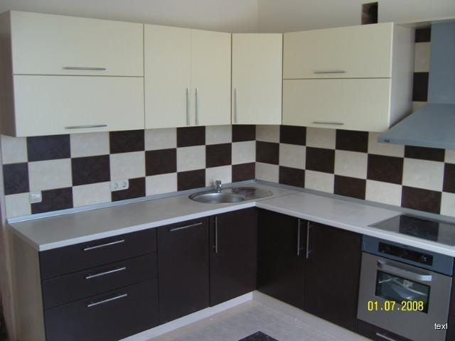 Чтобы кухонный гарнитур не был однотонным и скучным, можно оклеить пленкой лишь нижнюю его часть, или верхнюю