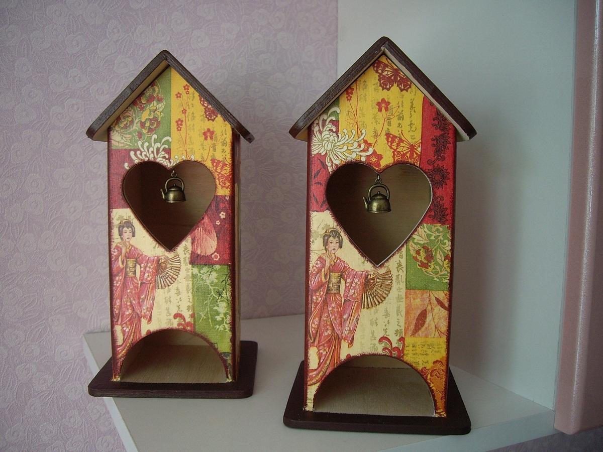 В середине чайного домика можно повесить миниатюрный предмет, например, чайник