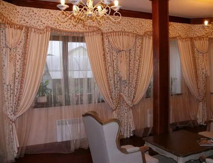 Ламбрекены, перекликающиеся с мотивом штор, могут зрительно разделить комнату с несколькими окнами