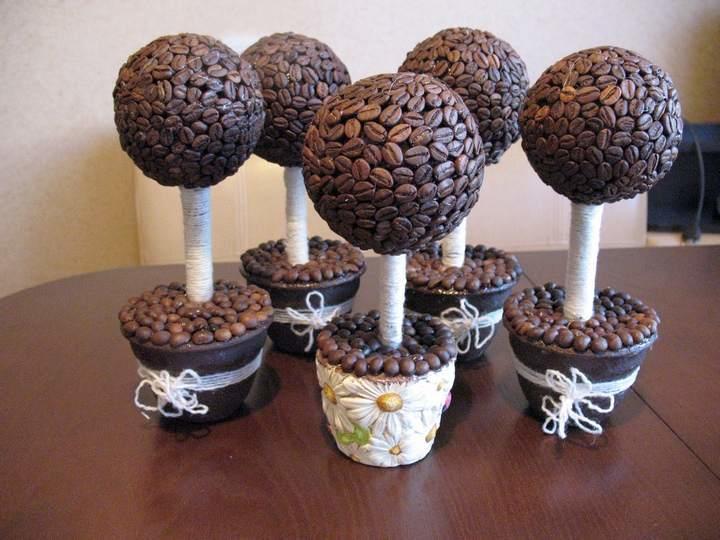 Ароматное деревце из кофейных зерен будет долгое время обращать на себя внимание