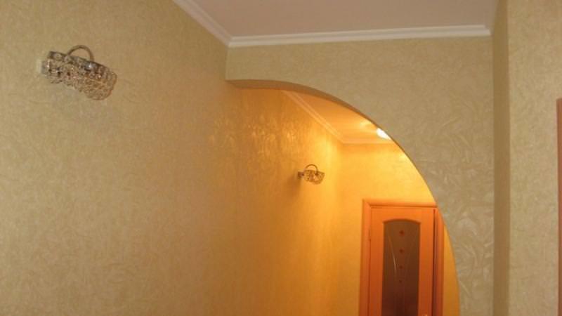 В узком проходе классическая форма арки будет смотреться непропорционально, поэтому рекомендуются другие варианты