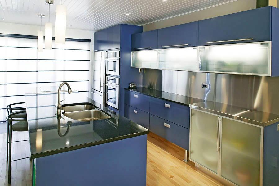 Черные столешницы сегодня приобретают популярность, причем в сочетании с синим гарнитуром дизайн кухни приобретет строгий и респектабельный образ