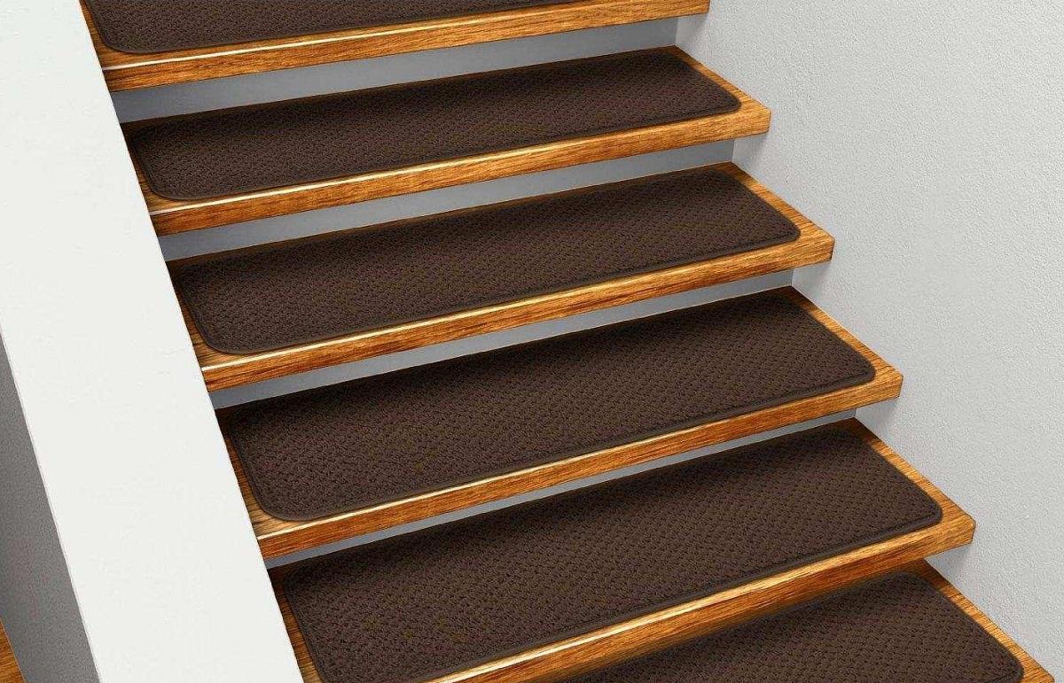Накладки на ступенях не позволяют ноге скользить, благодаря чему повышается степень безопасности
