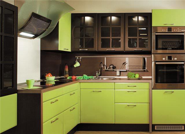 В кухне, где в качестве основных цветов выступают оливковый и коричневый, важно найти баланс между ними, чтобы коричневый не подавлял все остальное