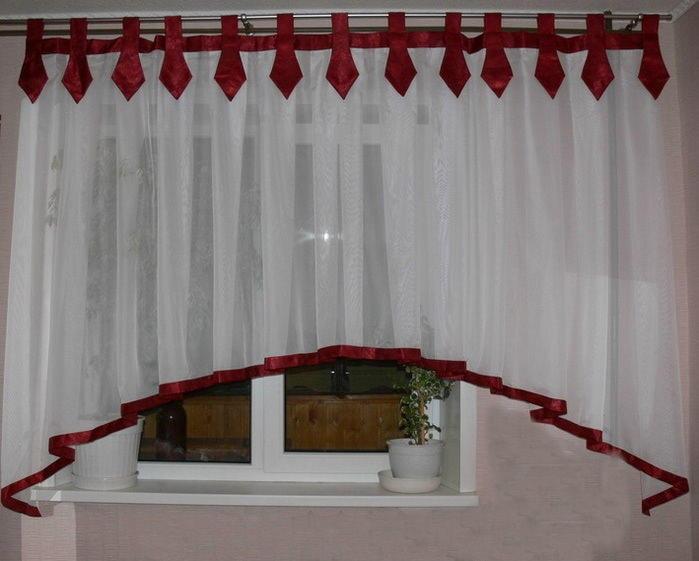Шторы на петлях – один из простых способов украсить окно вашей кухни
