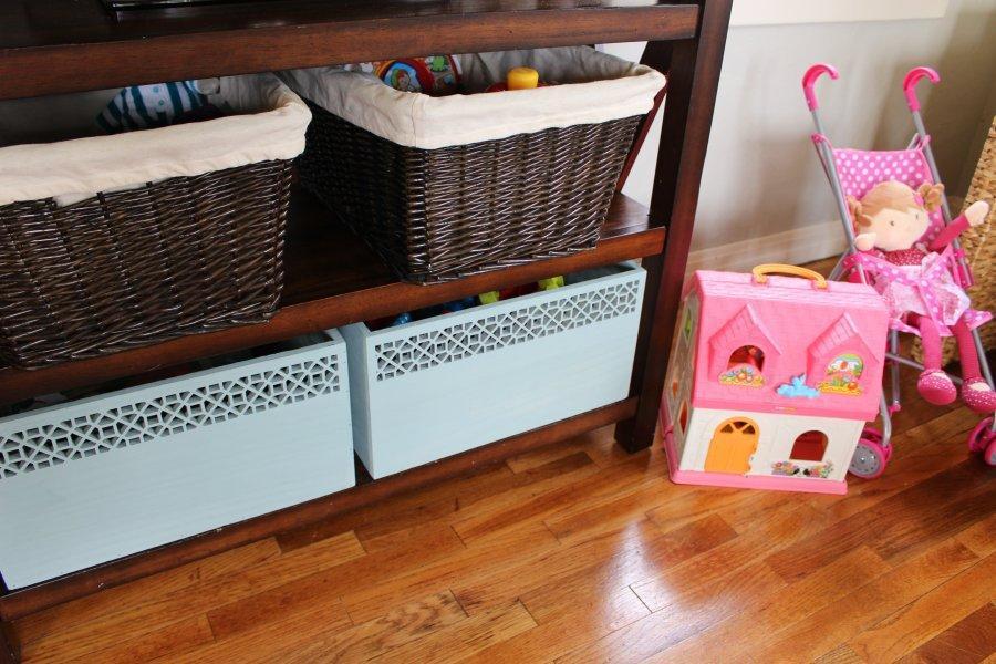 Для того чтобы всегда поддерживать порядок в детской комнате, следует время от времени перебирать и пересматривать игрушки на наличие повреждений