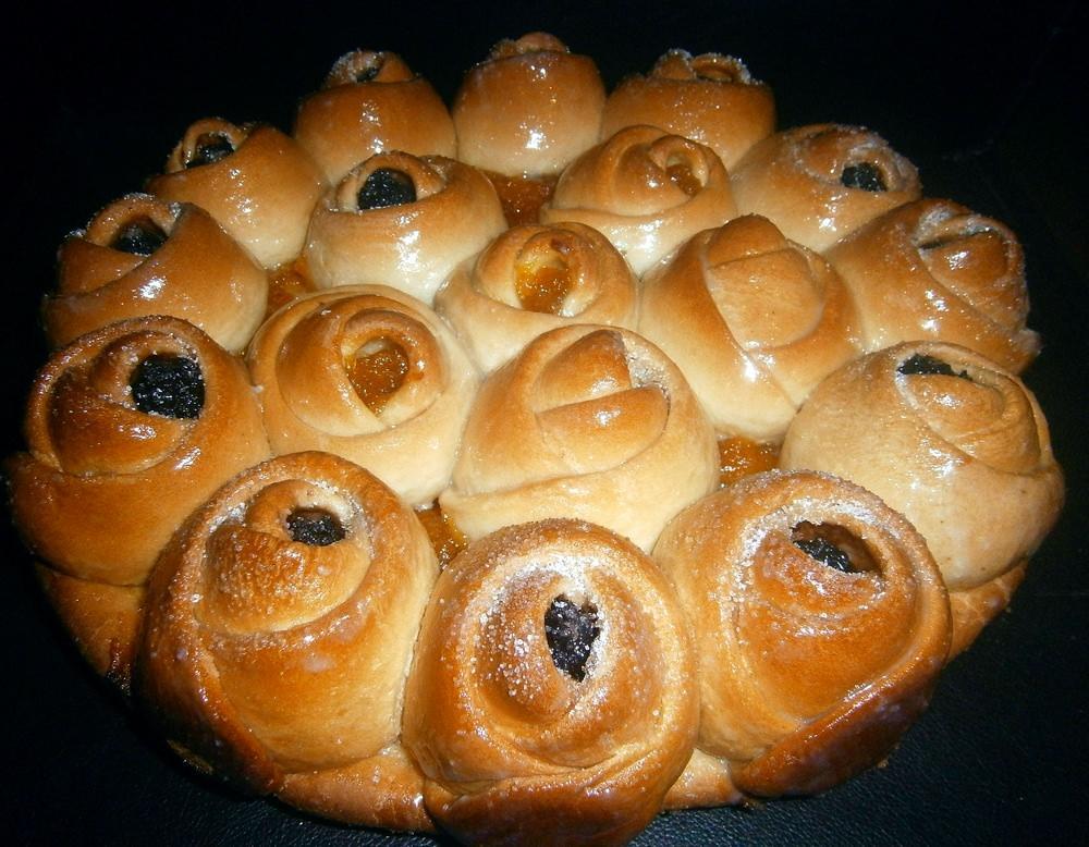 Булочки в виде пирога можно разрезать на ломтики как торт, либо отламывать отдельными розочками