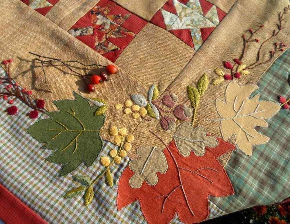 Сложность технологии шитья такой скатерти зависит от навыков и количества декора