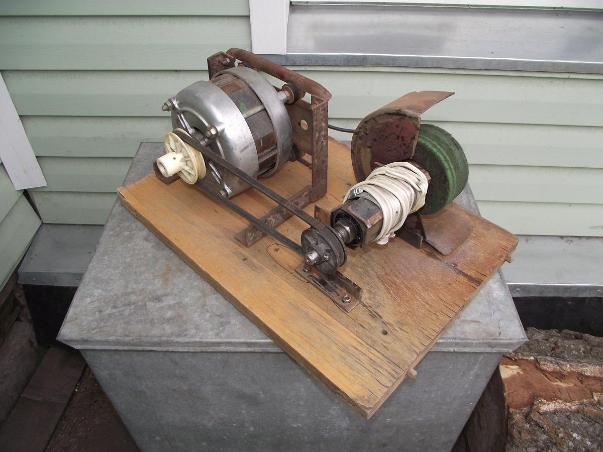 При изготовлении токарного станка из двигателя стиральной машины в первую очередь следует позаботиться о безопасности конструкции