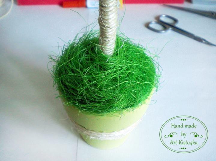 Искусственную травку можно использовать для оформления горшочка топиария из цветов