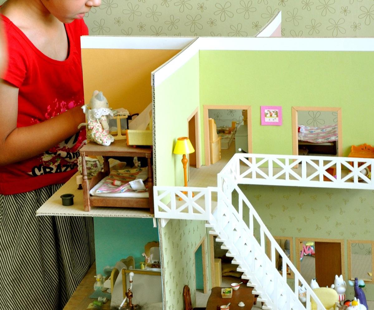Украсить кукольный домик из картона можно с помощью фломастеров или цветной бумаги