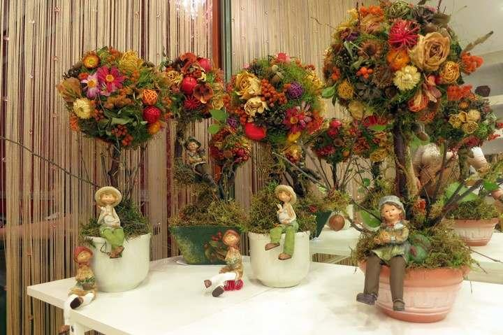 Подобный мастер-класс предполагает импровизацию, особенно в декоре: можно из тех же лент или бусин формировать ягоды, шишечки и другие дары осени