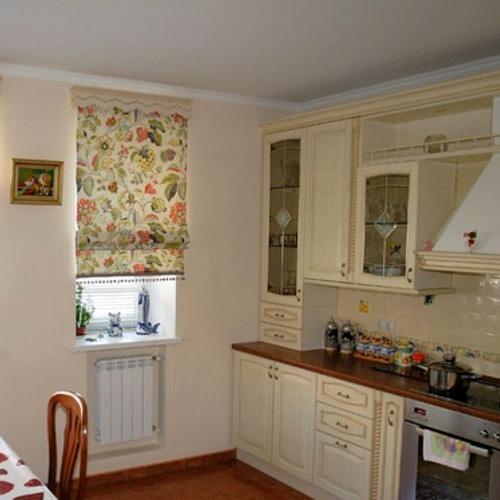 Римские шторы - отличное дополнение для кухни в стиле барокко