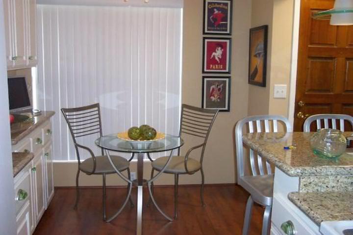 Кухонный стол и стулья для маленькой кухни: маленькие столы обеденные, фото, стульчик для кормления, угловые своими руками, видео