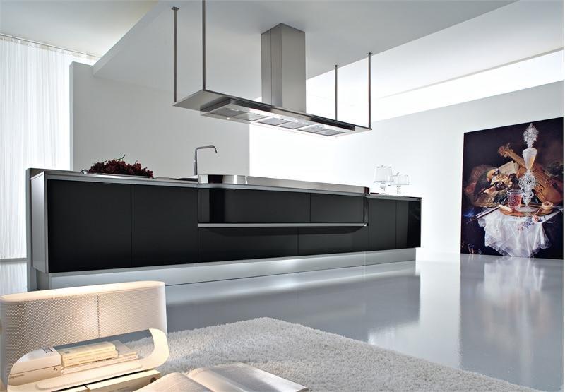 Светлая кухня с темными контрастными частями - классический и, безусловно, очень выигрышный вариант