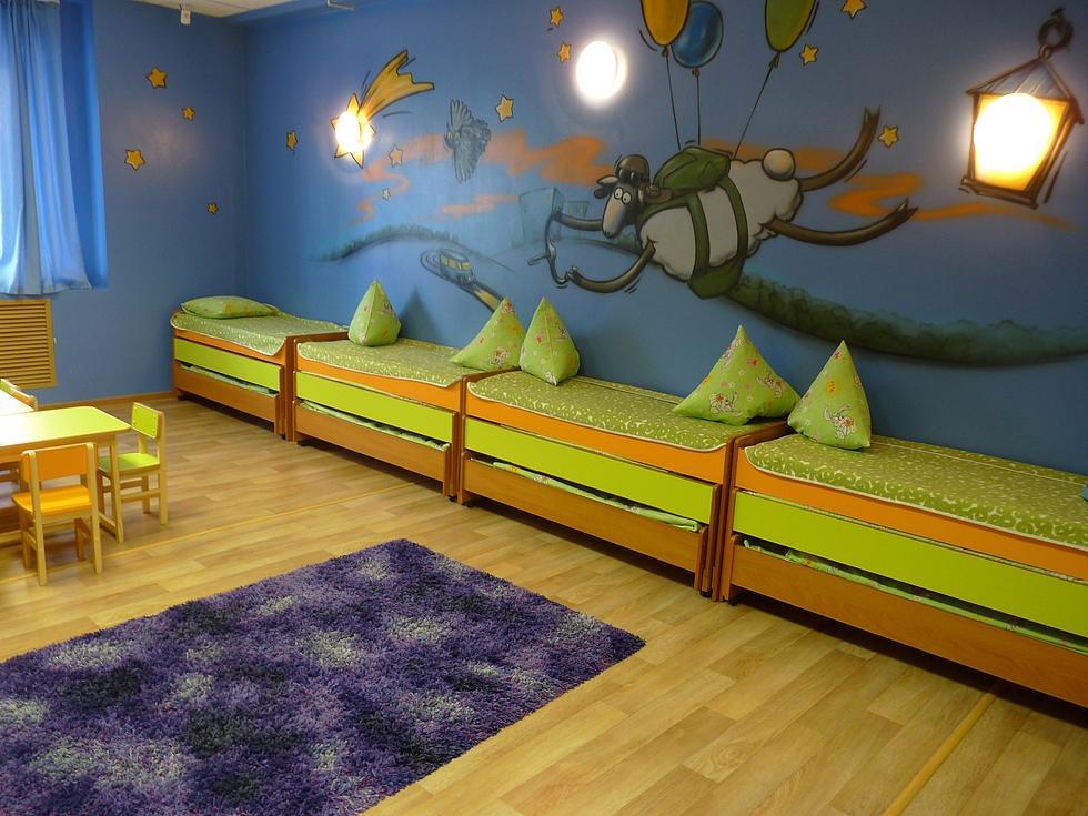 При оформлении спальной комнаты обязательно нужно учитывать цвет стен, пола и, конечно же, мебели