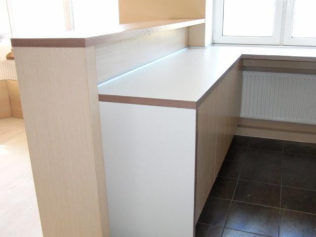 Барную стойку на кухне можно сделать разноуровневой, что будет очень удобно в повседневной жизни