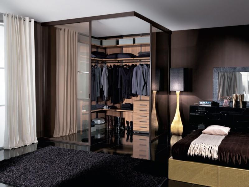 Гардеробную в спальне лучше всего сделать со стеклянной дверью, это даст возможность визуально увеличить пространство