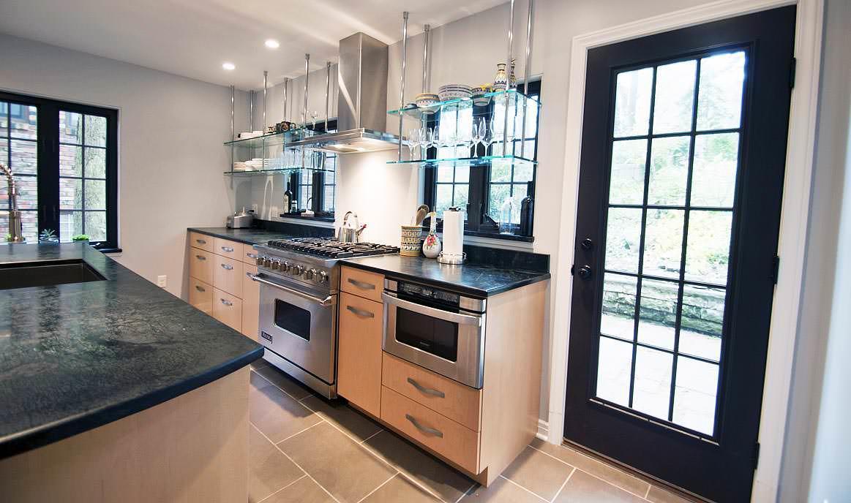 Стеклянные полки имеют широкий спектр использования, что понравится любой домохозяйке