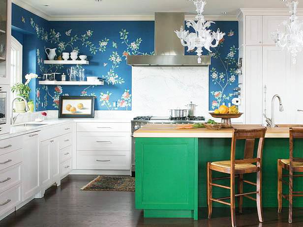 В качестве синего акцента помимо монотонного цвета, на кухне можно использовать фотообои (не забудьте, что они должны быть влагостойкими)