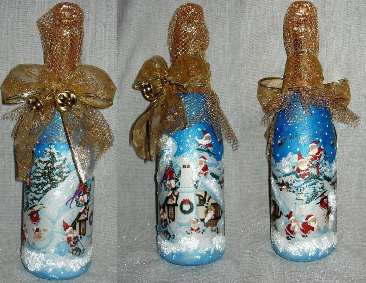 На праздничном столе красиво смотрятся бутылки, украшенные новогодней символикой, выполненной в технике декупаж