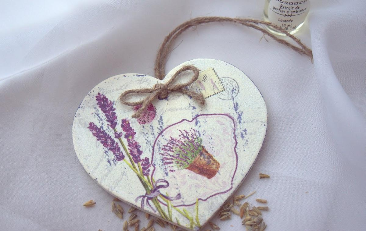 Сердечко из дерева, оформленное в технике декупаж, станет отличным подарком для девушки на 8 марта