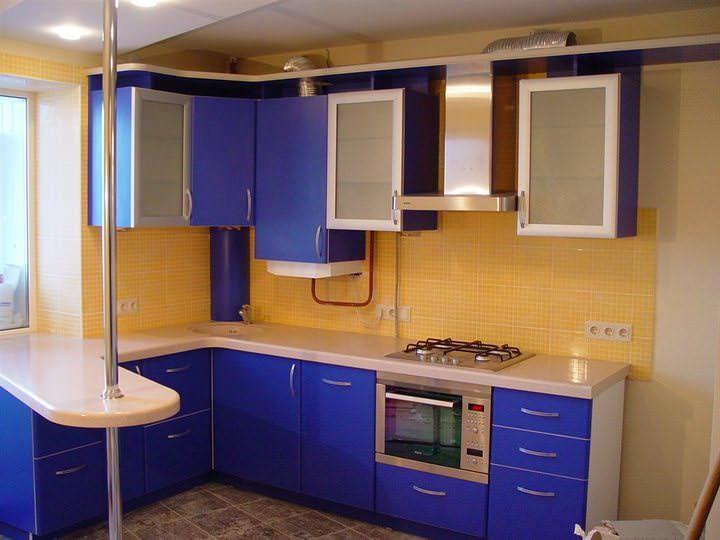 Если у вас квартира типа студии, то между комнатой и кухней можно поставить угловую барную стойку, которая будет как бы разделять два этих помещения, а с другой стороны, сидя за стойкой, можно будет смотреть телевизор в комнате