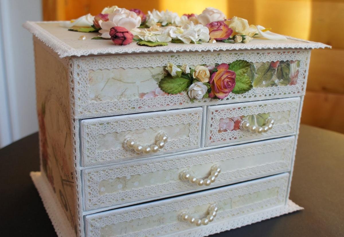 В качестве декора для миниатюрного комода для Барби хорошо подойдет кружевная ткань и небольшие цветы