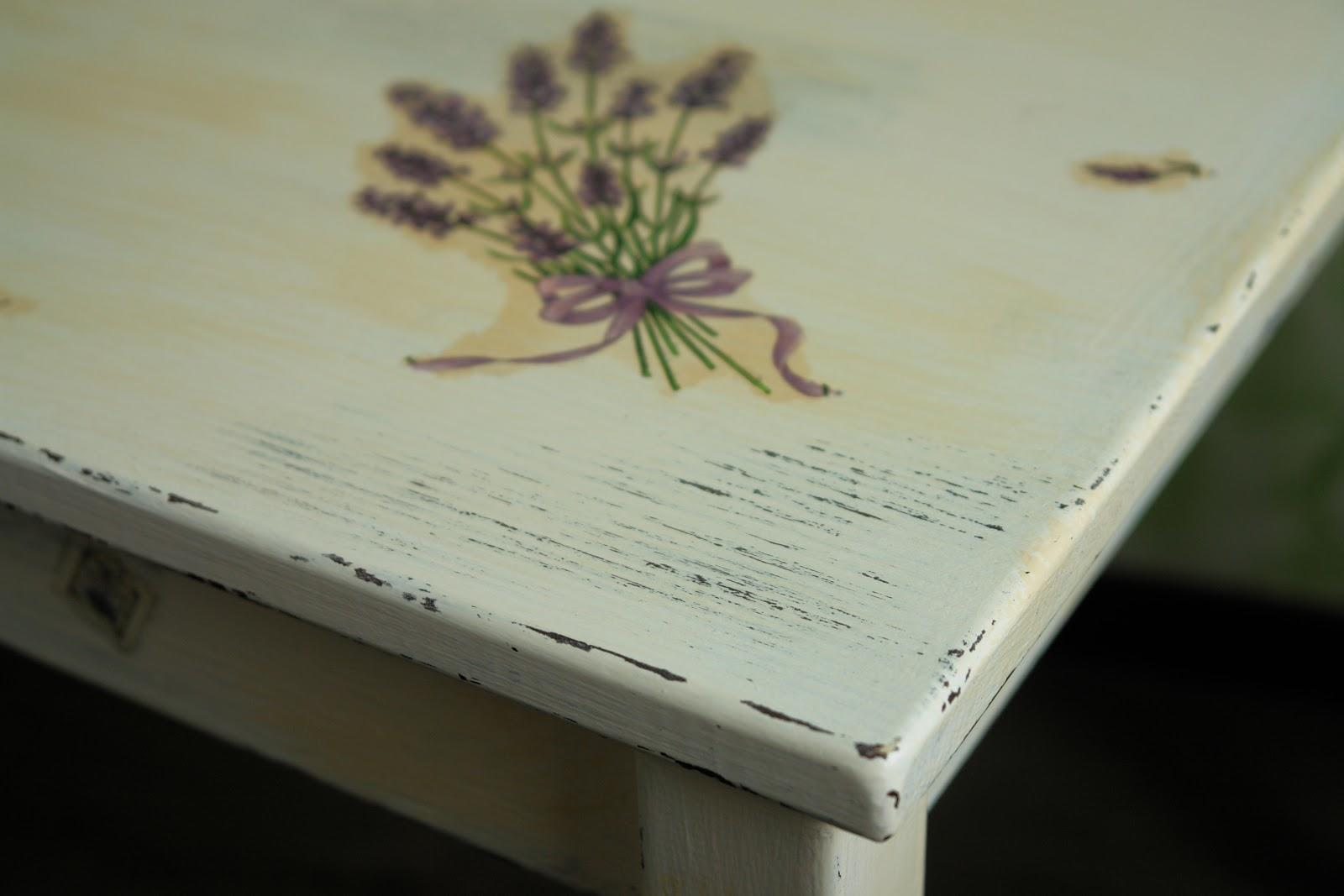 Создать на кухне атмосферу маленькой французской деревеньки можно, декорируя стол в прованском стиле