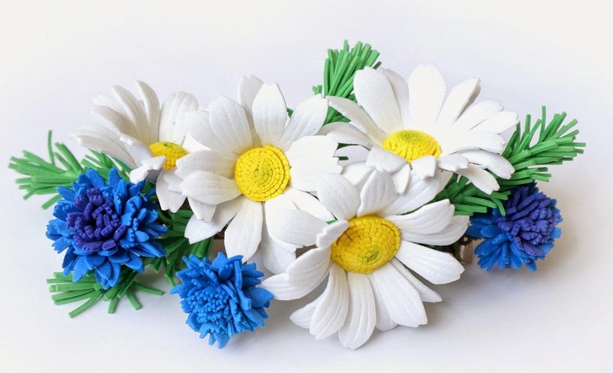 С помощью полевых цветов из фоамирана можно существенно улучшить внешний вид броши