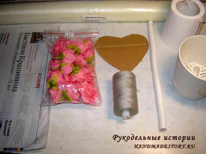 Для изготовления топиария из органзы понадобится стандартный набор для топиария за исключением кроны-шара: здесь з <i>сердце из бумаги для топиария</i> основу берется сердце