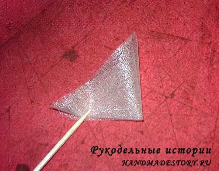 Квадратик из органзы складываем пополам по диагонали два раза
