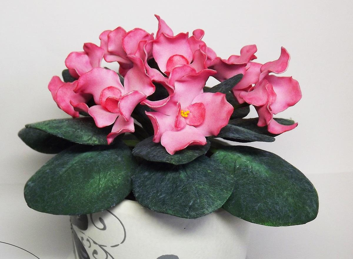 Фиалки из фоамирана могут быть выполнены в различных цветах: синем, белом, розовом