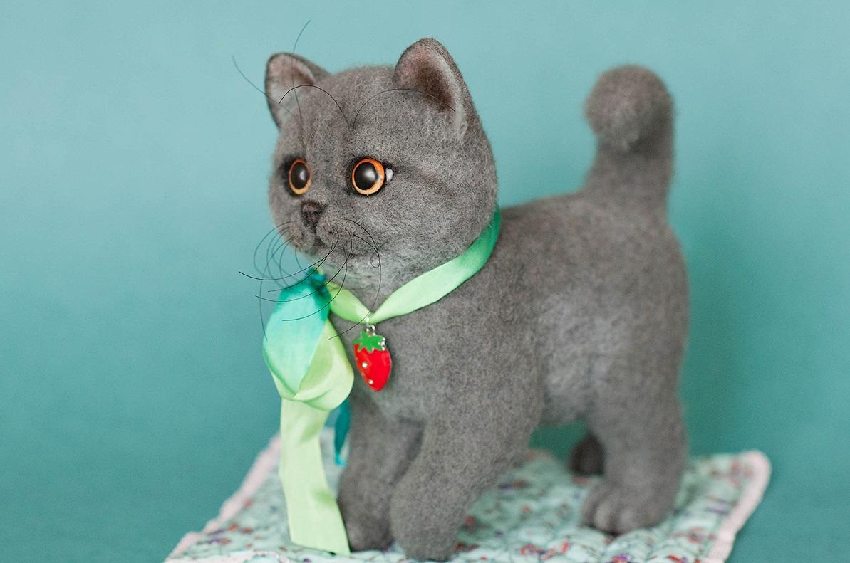 Украсить котенка, сделанного в технике валяния, можно с помощью цветных лент и декоративных элементов в виде кулонов