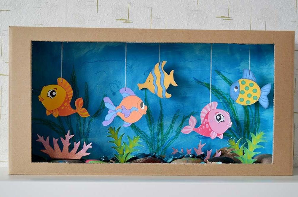 Очень интересно и необычно смотрится аквариум с красивыми рыбками, которые изготовлены своими руками из картона и бумаги