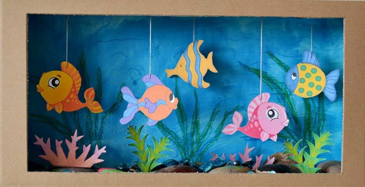 Для изготовления аквариума с рыбками нужно будет подготовить картон и много разноцветной бумаги