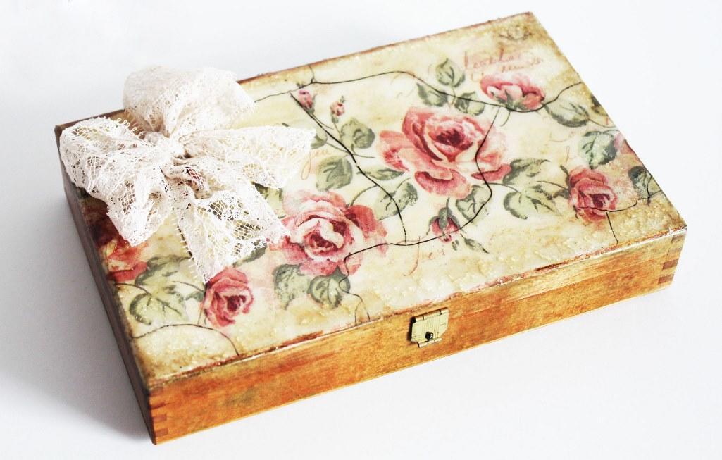 Красивая декупажная шкатулка в стиле шебби-шик станет прекрасным подарком для любимой девушки или подруги