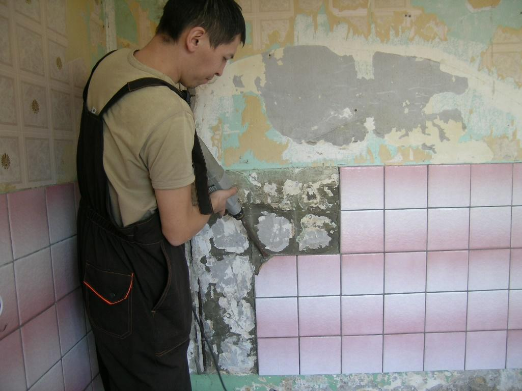 Для того чтобы быстро и эффективно снять плитку со стены в ванной, лучше обратиться за помощью к специалистам