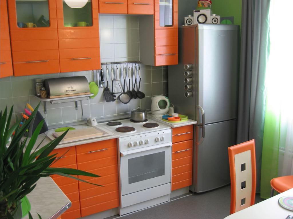 Отказавшись от некоторых технических приборов и дополнительных мебельных конструкций для них, можно достаточно компактно поместить в небольшой кухне все самое необходимое
