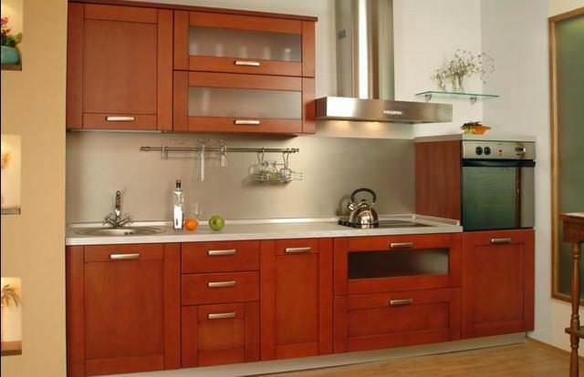 Зеркальные фасады кухонной техники, отражая свет, делают комнату уютной