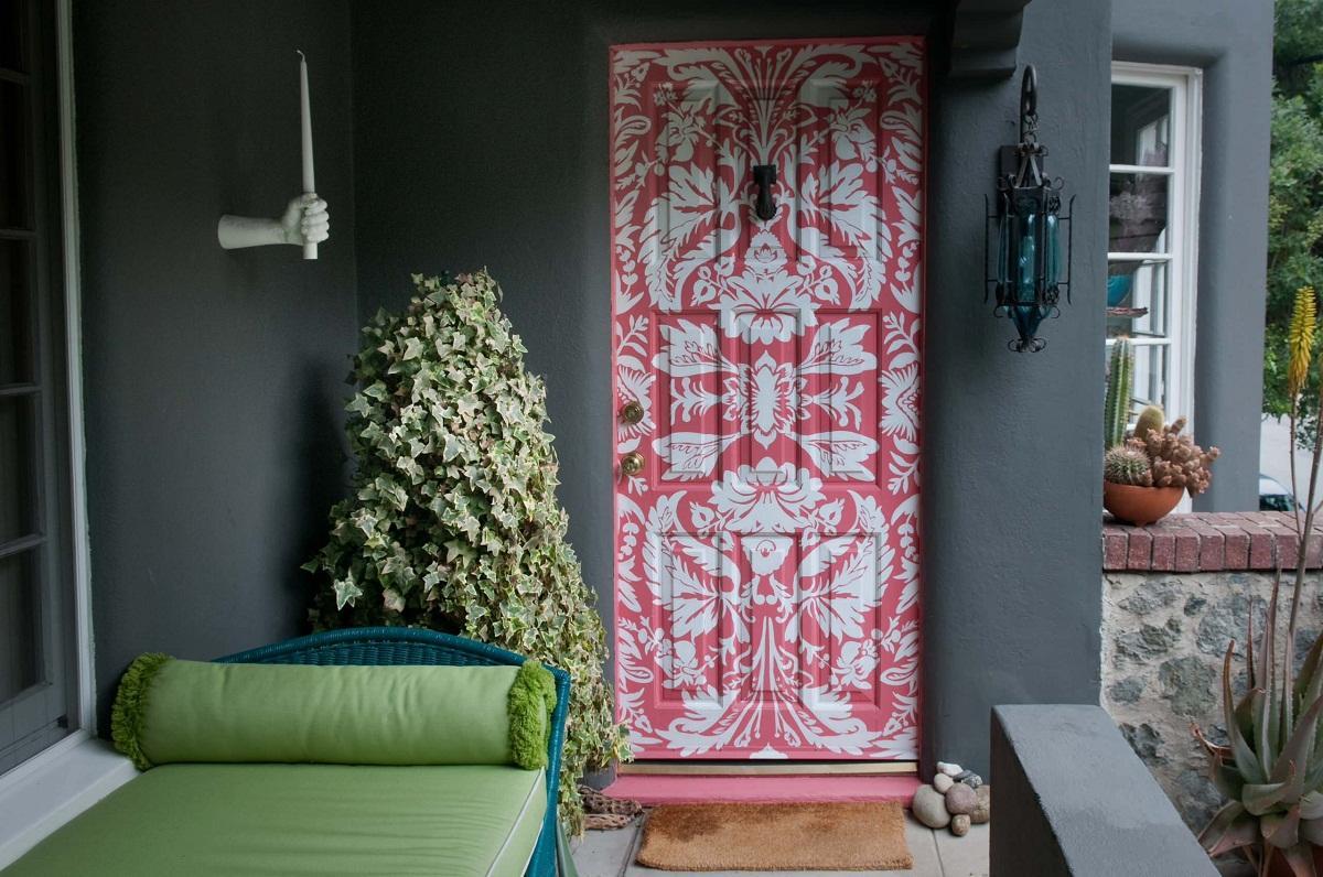 Перед началом декупажа старых дверей рекомендуется очистить их от мусора и потресканной краски