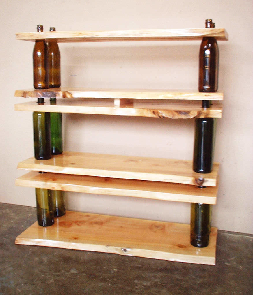 Оригинальную дизайнерскую полочку можно создать при помощи простых бутылок