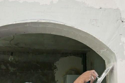 После обшивки гипсокартоном идет этап покрытия грунтовкой, после - финальной отделкой