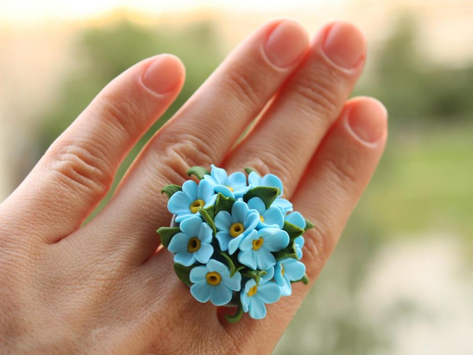 Дополнить летний образ можно брошкой или кольцом, которое заранее следует украсить красивыми незабудками из фоамирана