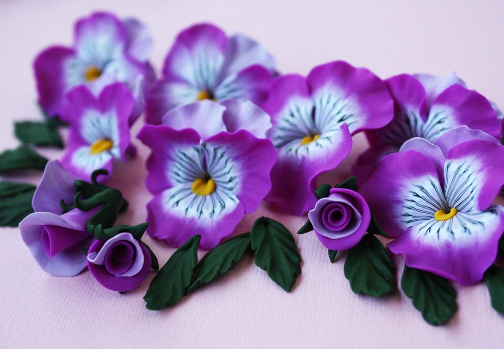 Для того чтобы цветы выглядели более натурально, можно покрасить их акриловой краской либо пастелью
