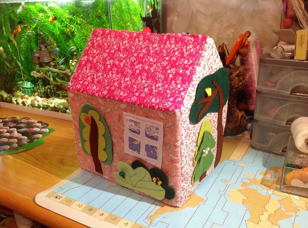 Отличным материалом для изготовления игрушечного домика для кукол является разноцветная ткань